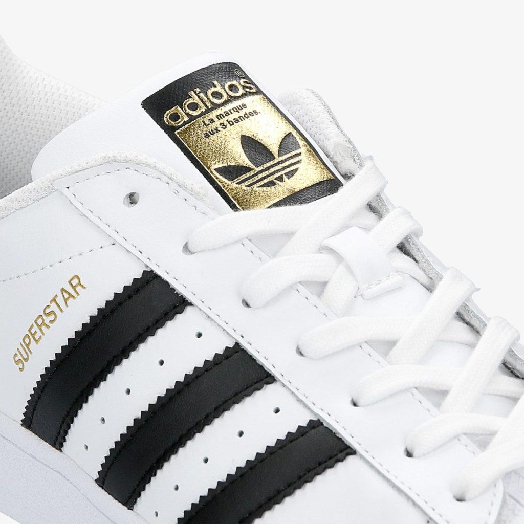 Kropki wentylacyjne pomiędzy paskami w butach adidas superstar