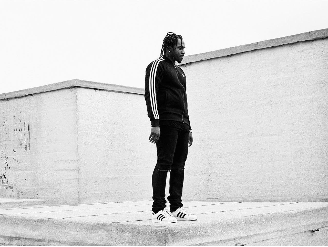 czarnoskóry mężczyzna w butach adidas superstar